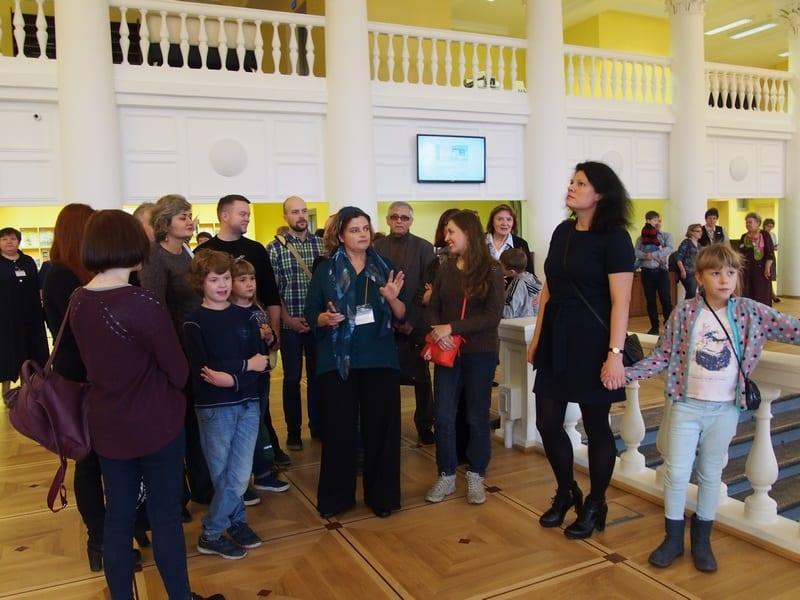 В этот день для первых читателей и гостей сотрудники провели экскурсию