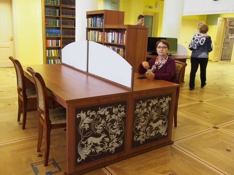 Вот так выглядят новые читальные столы. Их немного, зато появились рекреационные комфортные зоны