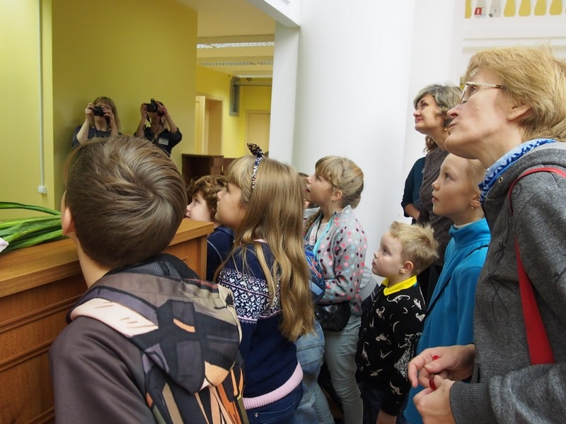 И взрослым, и детям любопытно посмотреть, как устроены механизмы доставки книг