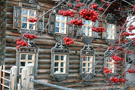 Старинный дом Мелькиных в центре Шелтозера выглядит сказочно в любое время года