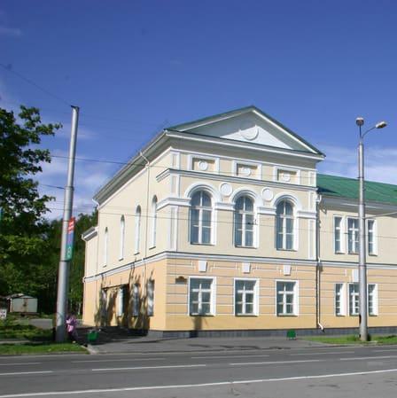 Фрагмент здания бывшей гимназии с пристройкой домовой церкви. С фотографии В. Ларионова