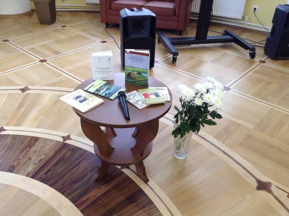 На столике книги Николая Абрамова