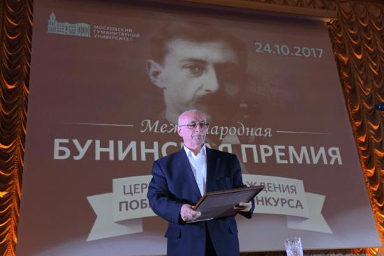 Получать премию, врученную Дмитрию Бакину посмертно, вышел его отец, известный журналист Геннадий Бочаров. Фото: Аркадий Колыбалов