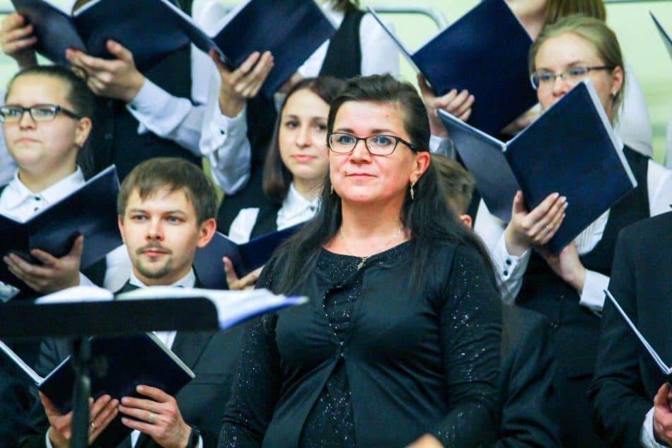 Академический хор Петрозаводской консерватории и хормейстер Евгения Дыга. Фото Веры Луговых, vk.com/club15118744