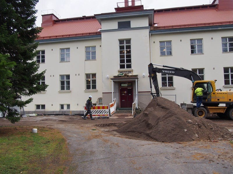 Во дворе музея механической музыки идет ремонт