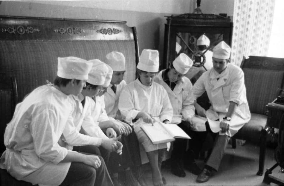 Валентина Павловна Клещевникова со студентами в своём кабинете в городской больнице Петрозаводска. Фото Бориса Семёнова