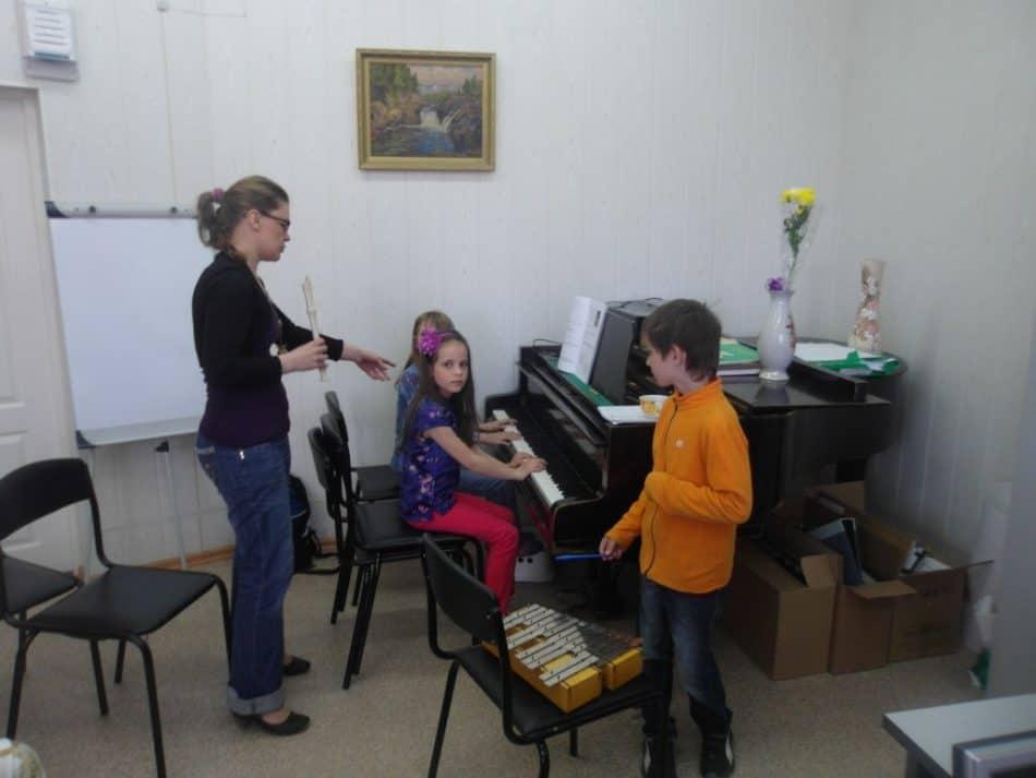 Анастасия Сало ведет занятие с детьми