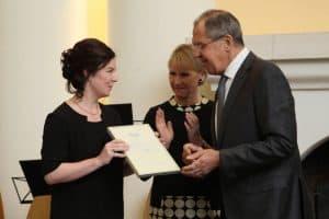 Сергей Лавров вручил сертификат представителю Фонда поддержки и развития этнокультурных инициатив Карелии