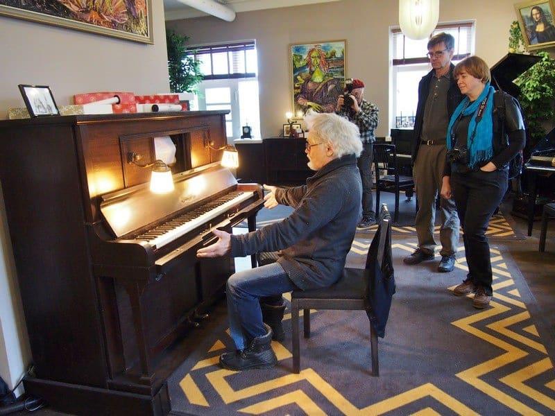 Коллекционер и легендарный хозяин музея Юрген Кемпф демонстрирует механическое пианино