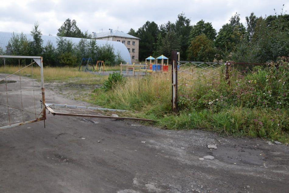 Сломанный забор и спортивно-игровая площадка
