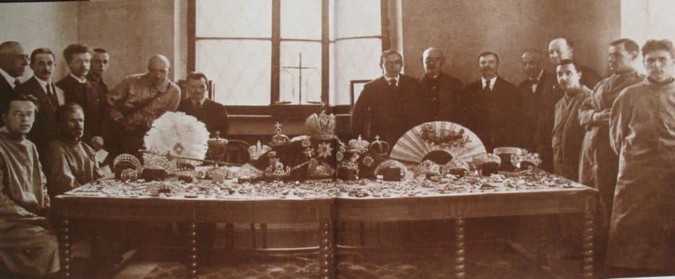 Эксперты ГОХРАНа. Агафон Фаберже стоит второй слева. Фотография из французского журнала L´Illustration. В сопровождающей статье говорилось: «…Это первая фотография, которую позволили сделать Советы после того, как имперские сокровища оказались в их руках…»