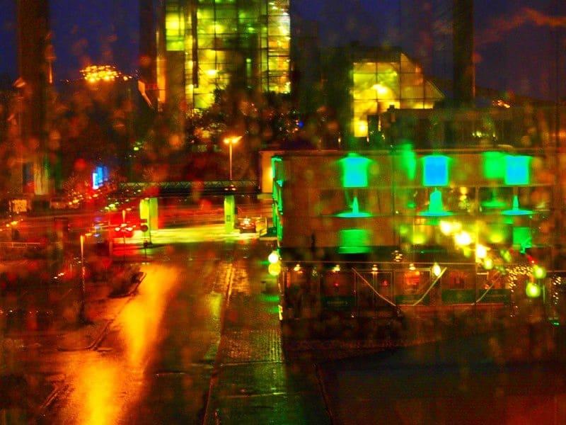 завод в вечернем освещении.