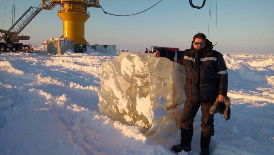 Демонстрирую толщину льда