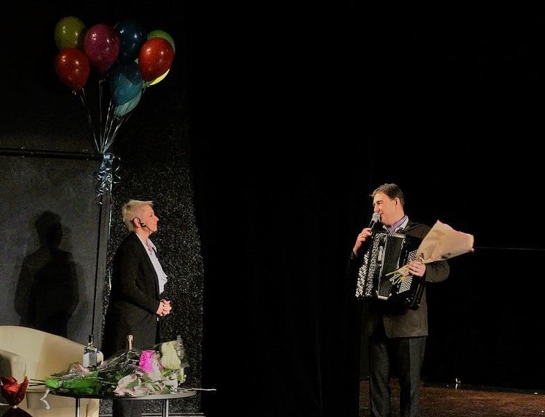 Поздравить Снежану от Карельской филармонии поручили любимцу публики Михаилу Тоцкому