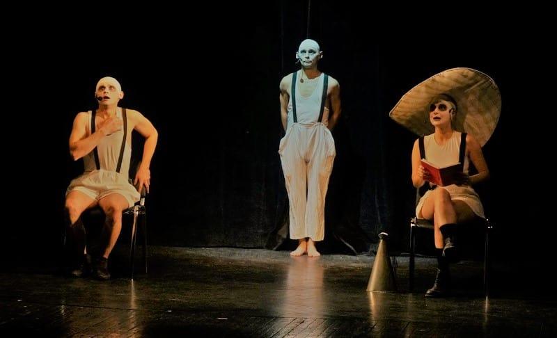 Сцена из спектакля «Между жизнью и ... сновидением» по пьесе Ионеско, поставленного Снежаной Савельевой в 2000 году, в исполнении актеров AdLiberum - один из самых ярких номеров вчерашнего вечера