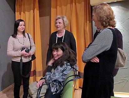 Пресс-конференция завершилась, но у журналистов появились новые вопросы к директору театра Любови Васильевой (в центре) и к режиссеру
