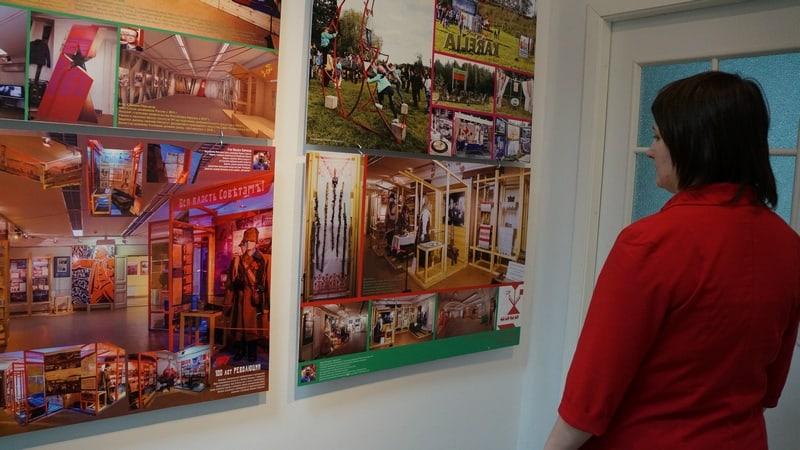 Егор Пермяков. На переднем плане - фото экспозиции в Национальном музее РК, посвященной 100-летию революции