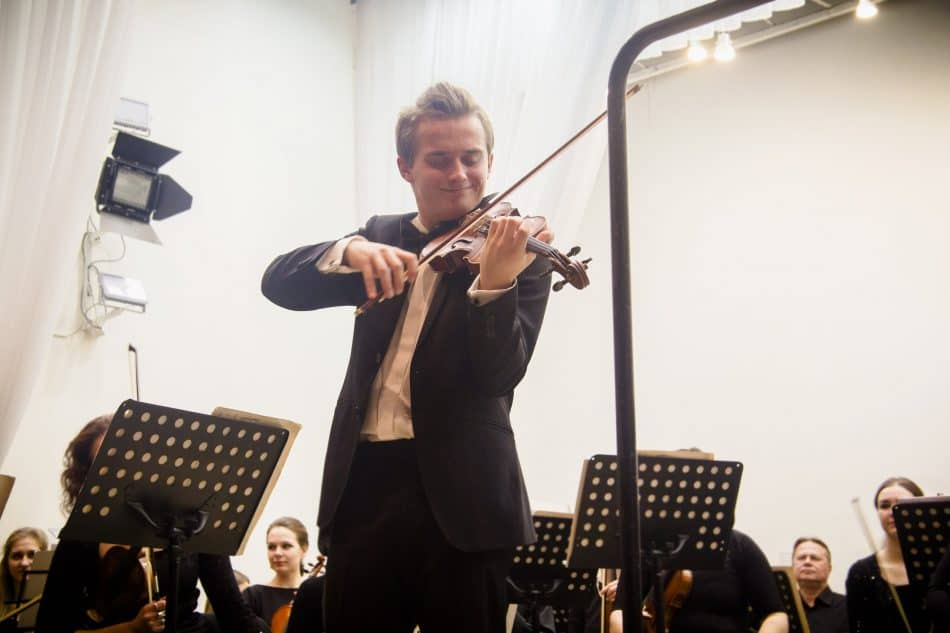 Дмитрий Смирнов на сцене Карельской филармонии. Фото из группы vk.com/kgfptz