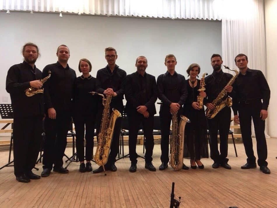 Два квартета саксофонов с композитором Джанфранко Джойя (в центре). Фото Вадима Ямпольского