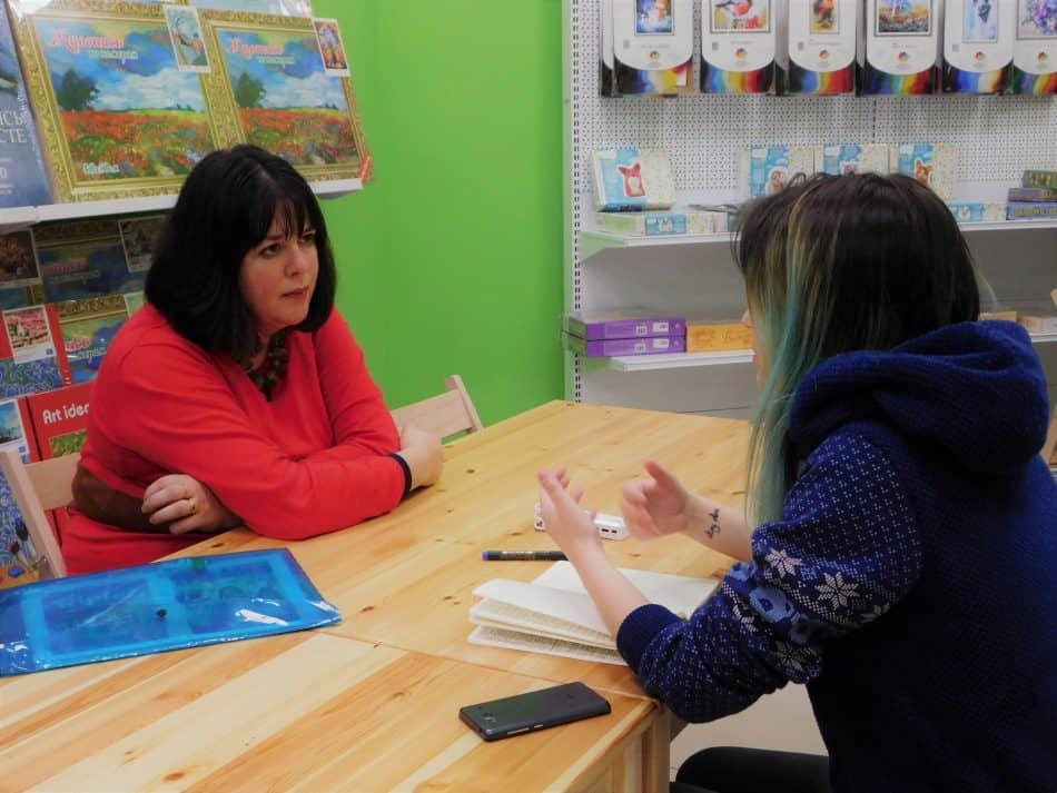 С Холли Вебб беседует наш корреспондент Анастасия Гастин