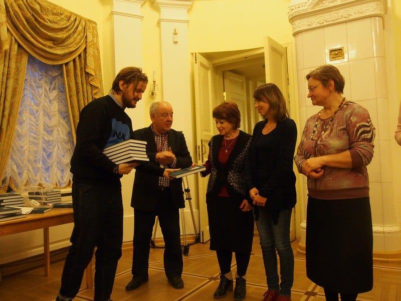 Максим Шилов (слева) передает книгу в дар библиотекам