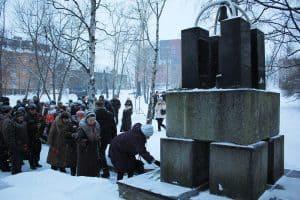 Родители возлагают цветы к памятнику Сынам Карелии, погибшим в Чечне. 11 декабря 2012 г.