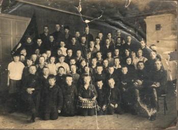 Школа крестьянской молодёжи. Олонец, 1930 год. Фото с сайта olonschool1.edusite.ru