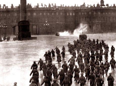 Штурм Зимнего дворца. Кадр из художественного фильма «Октябрь», 1927 год