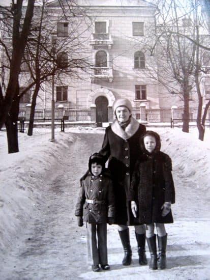 Белла с братом Никитой и подругой тети на фоне своего любимого дома