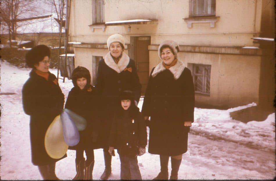 На демонстрацию всей семьей. Во дворе дома