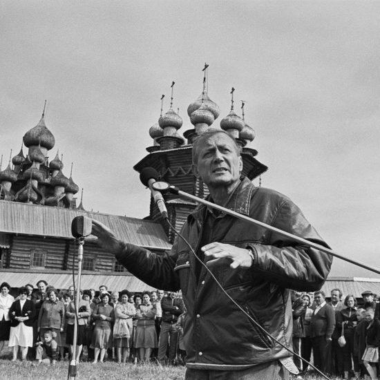 Евгений Евтушенко на острове Кижи