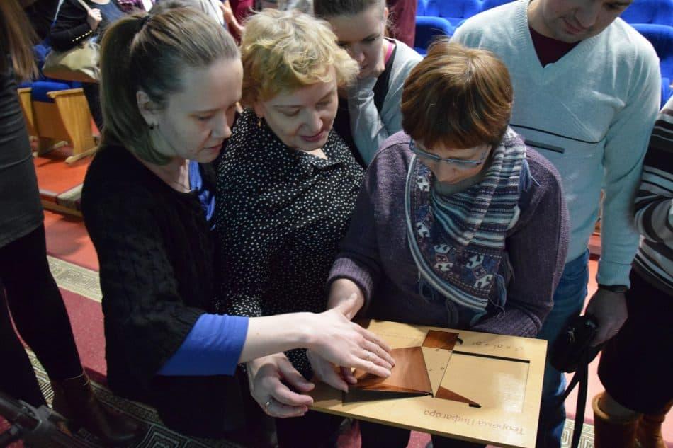 Учителя математики изучают пособие-трансформер Николая Андреева