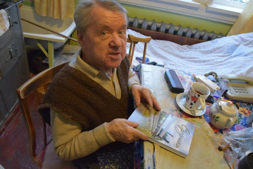 Арсений Васильевич Анисимов в своем ведлозерском доме, который вспоминает в грустью. Фото Марии Голубевой