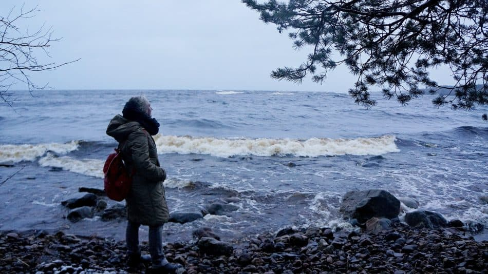 Анна Матасова на берегу Ладоги. Фото Ирины Ларионовой