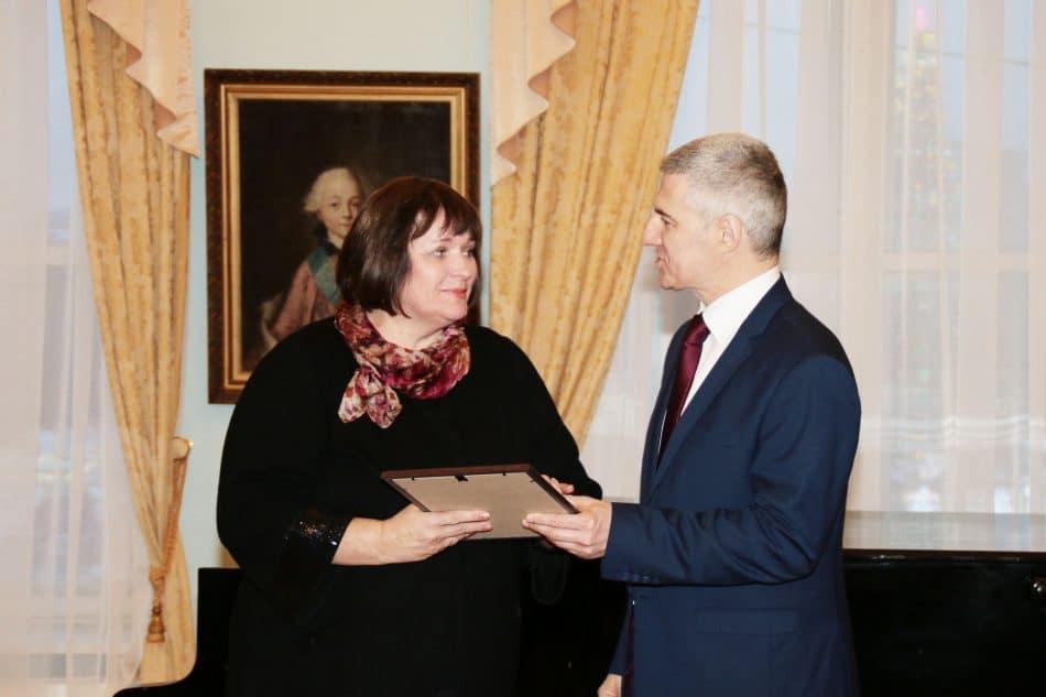 Диплом Любови Герасёвой вручает глава Карелии Артур Парфенчиков