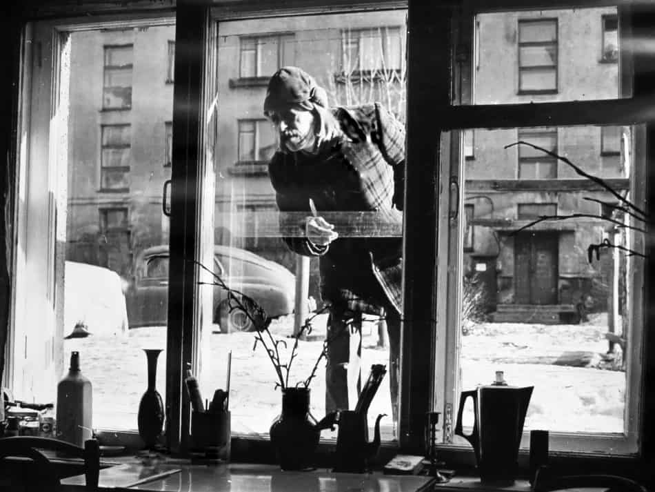 Харитонов у окна своей мастерской на улице Шотмана