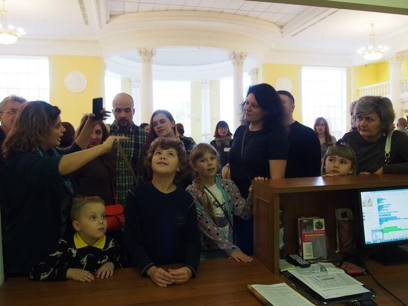 Фоторепортажи очень популярны на сайте. На снимке - первые посетители Национальной библиотеки Карелии, открытой в октябре после реконструкции. Фото Ирины Ларионовой