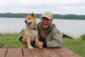 """Дмитрий Новиков и его собака Тора. Имя означает  по-японски """"тигр"""", по-карельски """"драка. Фото из личного архива"""