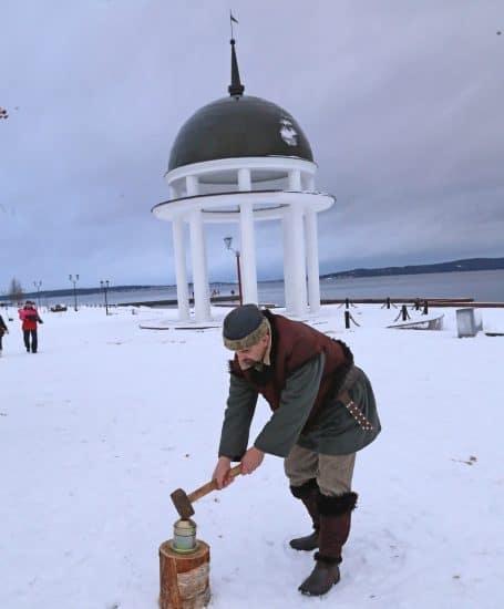 Юрий Рыбкин в образе Илмаринена на набережной в Петрозаводске. Фото Владимира Ларионова