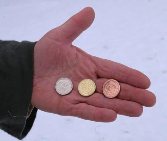 Юрий Рыбкин в образе Илмаринена чеканит монеты на набережной в Петрозаводске. Фото Владимира Ларионова