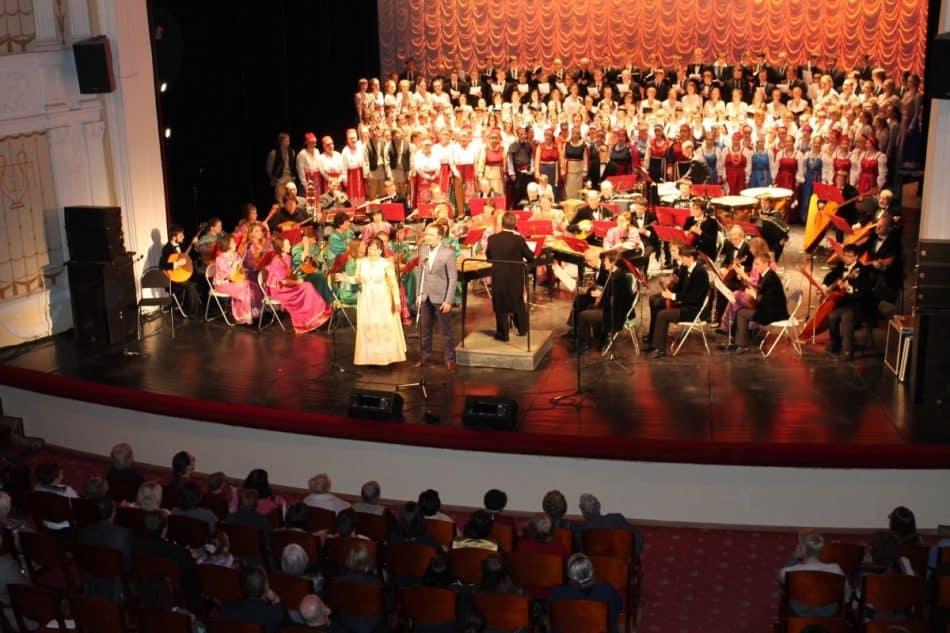 На сцене оркестр «Онего» под руководством Геннадия Миронова и сводный хор участников концерта. На сцену вышли более 200 певцов