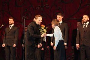 Цветы от юного поклонника руководителю Мужского хора Карелии Алексею Умнову