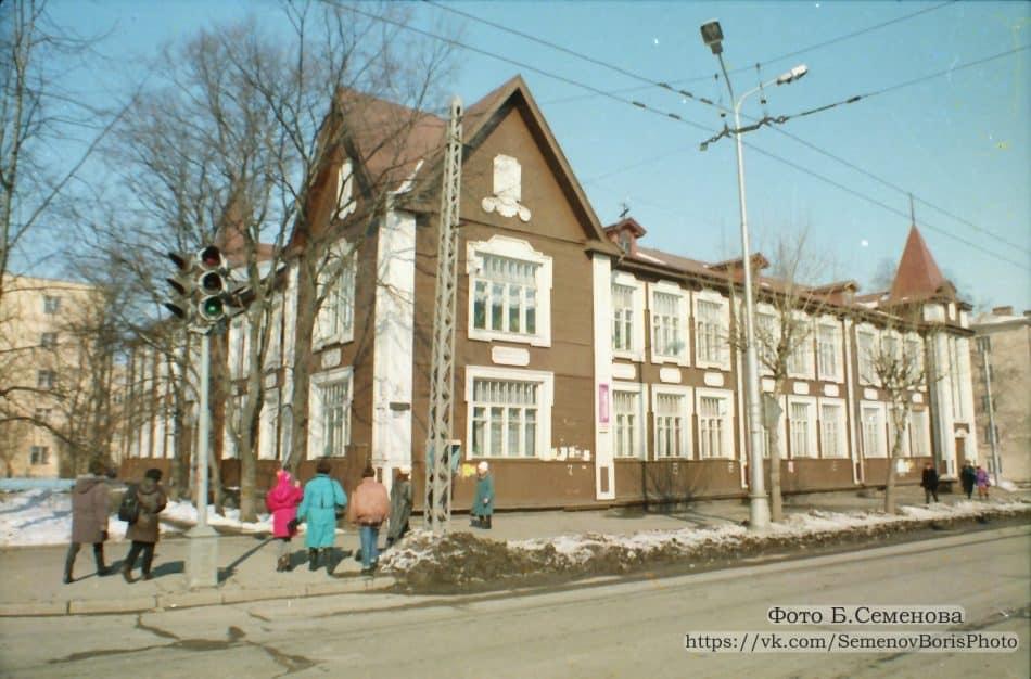 Здание детской поликлиники. Привет из 1997-го от Бориса Семенова