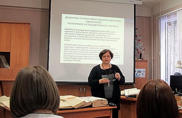 Замдиректора Национального архива Карелии Ирина Петухова представила дореволюционные местные издания, хранящиеся в архиве, рассказала о личных фондах журналистов Карелии и преподнесла «символический подарок»