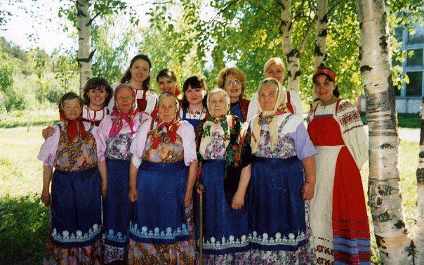 В селе Шуньга вместе с фольклорной группой на празднике. 2004 год
