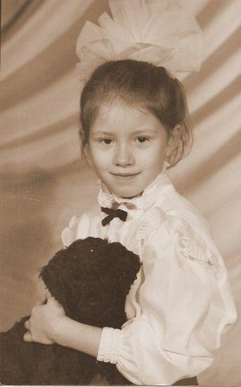 Арине 7 лет. На руках любимый королевский пудель Эмир. Фото сделано в ателье на улице Андропова