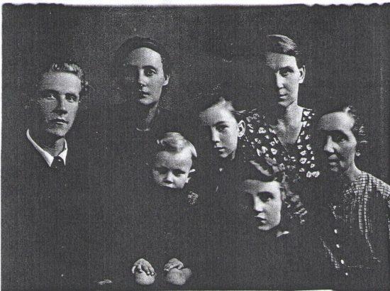 Слева Александр Трофимович Мячин, в верхнем ряду его сёстры, справа мама, Елена Викторовна Мячина (Цветкова). в центре жена и дочери Лариса и Ольга.