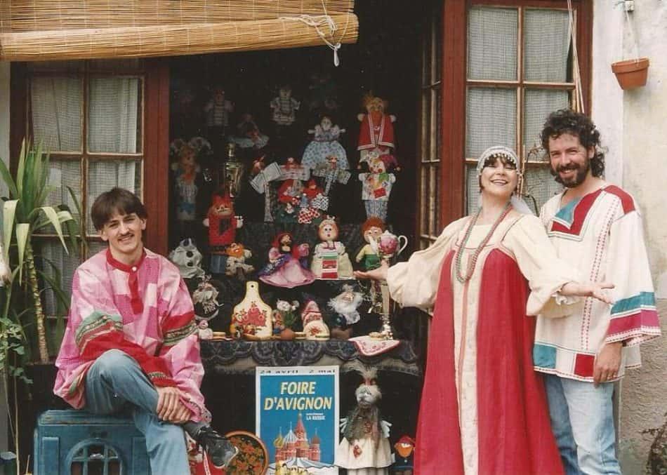 Борис Кудрявцев (слева) ,Светлана Решетова с мужем Пьером Дюбрана готовятся к ярмарке в Авиньоне, Франция. 1993 год