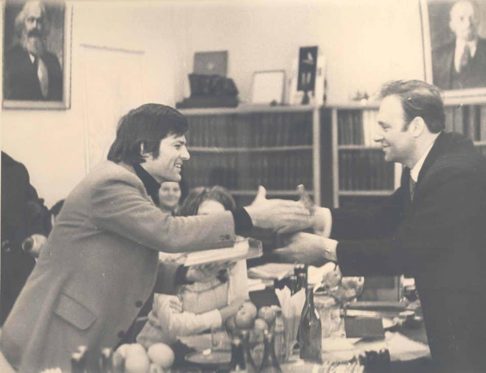 Дин Рид среди сотрудников редакции республиканской газеты «Ленинская правда». Фото Бориса Семенова
