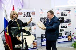 Парламентарий Галина Гореликова вручает министру Александру Морозову в подарок часы - для фиксации лучших вех в истории ведомства